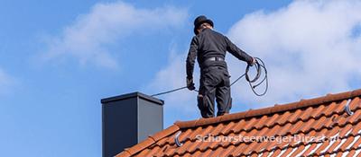 Schoorsteenveger aan het werk in Nijmegen